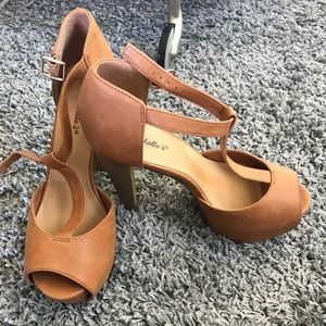 Shoes - Tan platform heels